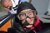 Paní Jaroslava Koubková oslavila své 96. narozeniny v historickém letadle.