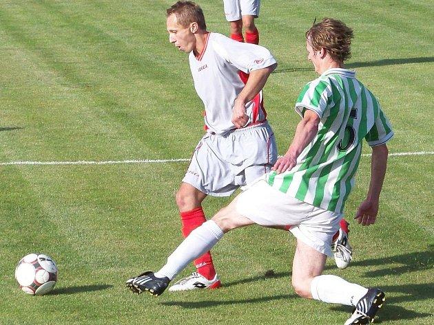 Vladimír Bíšek (vpředu) byl strůjcem vítězství bousovského týmu v derby s Beznem.