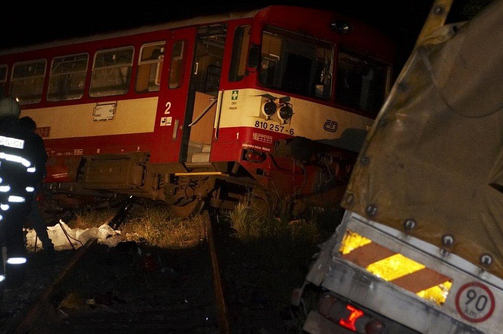 Tragická srážka vlaku a nákladního vozu v Bězděčíně u Mladé Boleslavi.
