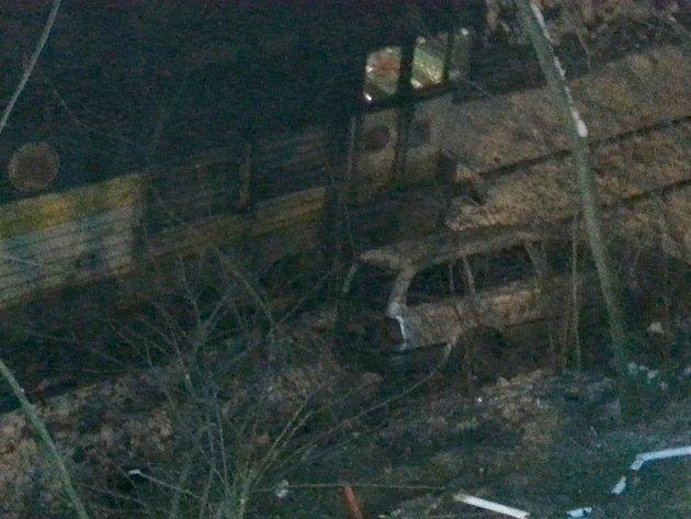 Řidič vyletěl s octavií ze silnice až ke kolejím