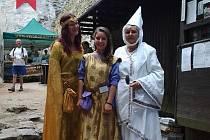 Zaměstnanci hradu prováděli návštěvníky v dobových kostýmech