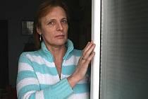 Eva Kolínská ukazuje rám plastových dveří, jenž je poškozen.