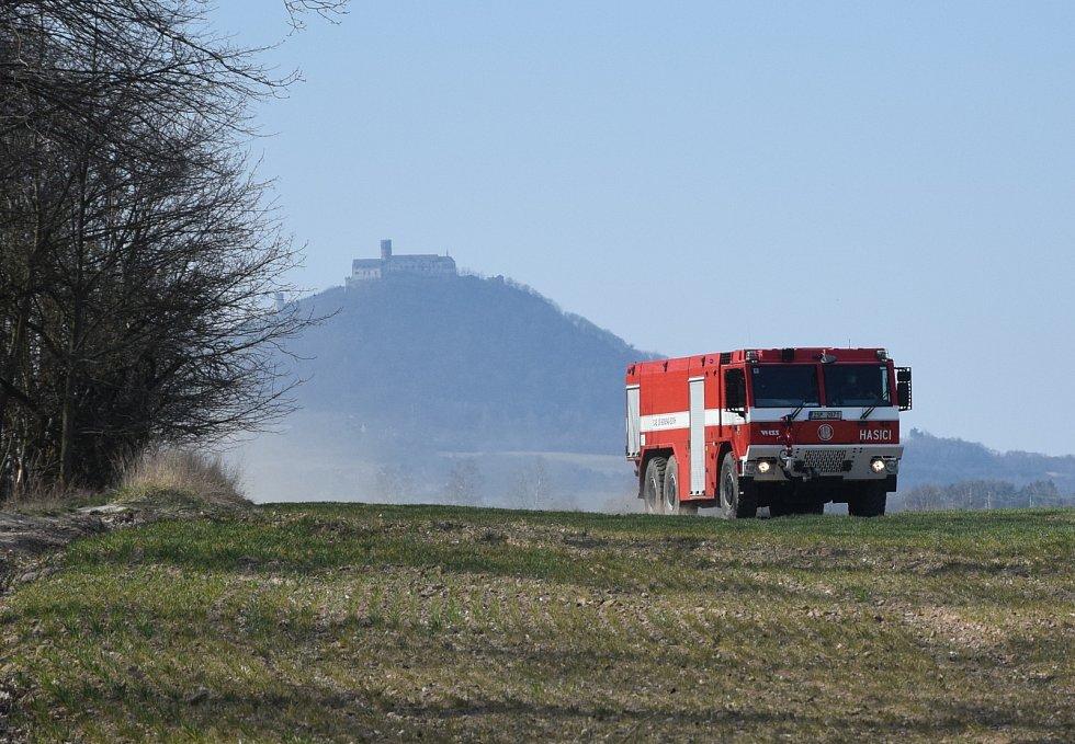 Z požáru lesa v Bělé pod Bezdězem 5. dubna 2020.