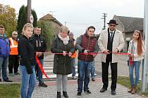 Nový chodník byl oficiálně předán až nyní, přestože se aktivně využívá už řadu měsíců.