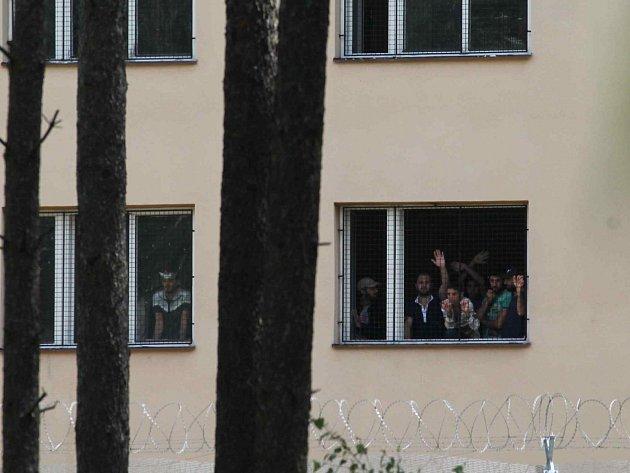 Uprchlíci v detenčním táboře Jezová