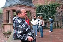 Bývalý pedagog Gymnázia Dr. Josefa Pekaře Bohumil Šuráň na výletě se studenty v zahraničí.