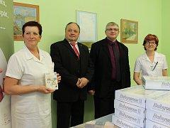 SEDMNÁCT NOVÝCH monitorů dechu má dětské oddělení Klaudiánovy nemocnice Mladá Boleslav.