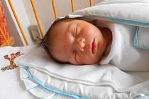 TOMÁŠ Pokorný se narodil 10. října, vážil 3,75 kg a měřil 52 cm. S maminkou Janou a tatínkem Janem bude bydlet v Mladé Boleslavi, kde už se na něj těší bráška Daniel.