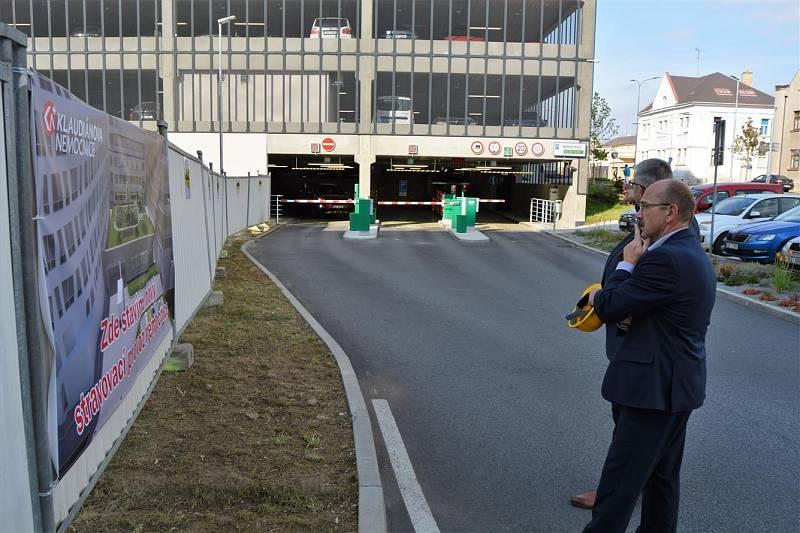 Ze zahájení stavby nového stravovacího provozu Klaudiánovy nemocnice.