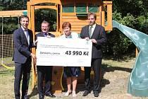 Děti mají na zahradě dětského domova nové dřevěné hřiště