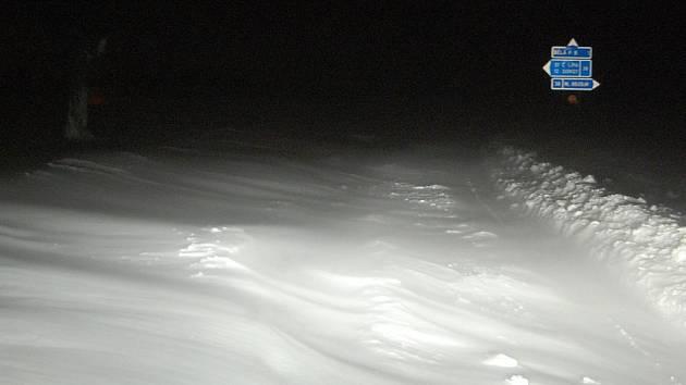 Křižovatka u Bělé pod Bezdězem. Silnice není prakticky vidět!
