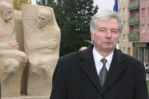 Miroslav Sládek před pomníkem T.G. Masaryka a Edvarda Beneše v Mladé Boleslavi.
