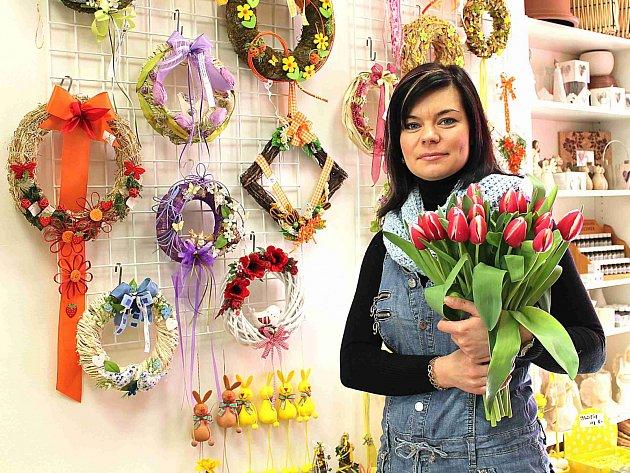 Aneta Novotná s právě uvázanou čerstvou kyticí tulipánů