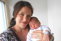 ZDENĚK Řezáč se narodil 17. srpna, vážil 4,27 kg a měřil 52 cm. S maminkou Monikou a tatínkem Michalem bude bydlet v Dolní Bukovině, kde už se na něho těší sestřička Emička.