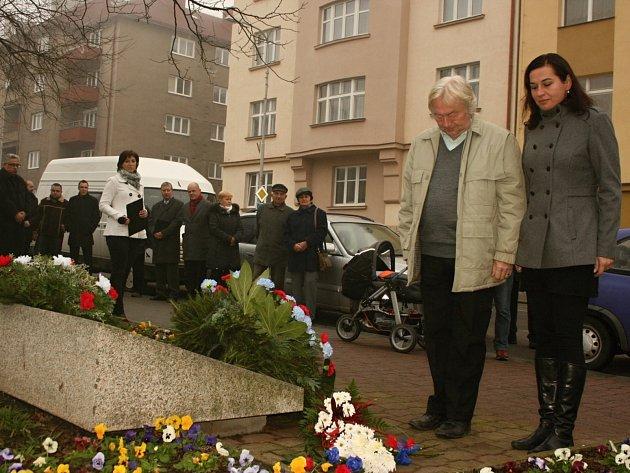 Poklonit se a uctít oběti minulého režimu květinou přišli také zástupci místní organizace Strany zelených.