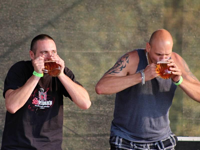 Na 21. Rejšickém pivobraní nechyběla ani soutěž v pití piva na čas.