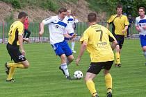 Střelec dvou gólů Bělé Martin Toman u míče