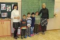 Prvňáčci ze ZŠ Na Celně, třídní učitelka Eva Šachová (vlevo), asistent pedagoga Jitka Faltusová