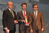 Frank Welsch (uprostřed), člen představenstva Škodovky odpovědný za oblast technického vývoje, převzal cenu od Ralpha Alexe (vlevo), šéfredaktora časopisu Auto Motor und Sport