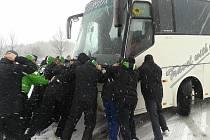 Hokejisté BK Mladá Boleslav tlačí svůj autobus