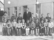 Školní rok 1960: zleva stojí Koťátková, Šorejsová, Čech, Bičík, Stuchlík, učitel Vávra, Macek, Koštejn. Zleva sedí Hoření, Šonská, Vrabec, Bičíková., Brožová, Černý, Bílková, Černá.