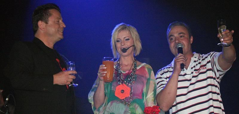 Iveta Bartošová na podiu s Petrem Mukem (vlevo) a Martinem Zounarem.