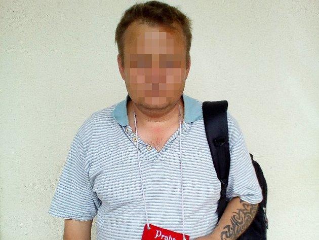 Tohoto cizince okradl neznámý pachatel. Neviděli jste incident?