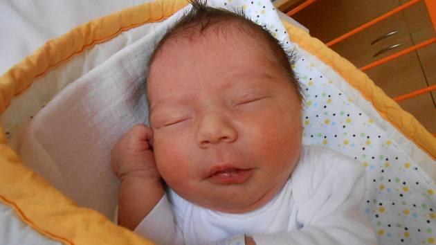 MATOUŠ Vynikal přišel na svět 6. prosince s mírami 2,94 kilogramů a 47 centimetrů. S maminkou Jolanou, tatínkem Jakubem a bráškou Šimonem bude bydlet v Rohatsku.