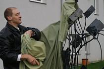 Gerard Kajsper při odhalování soch na Klinice Dr. Pírka