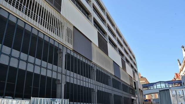Stavba parkovacího domu jde do finále.