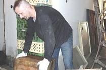 Odsouzení k obecně prospěšným pracem pomáhají s úklidem po záplavách