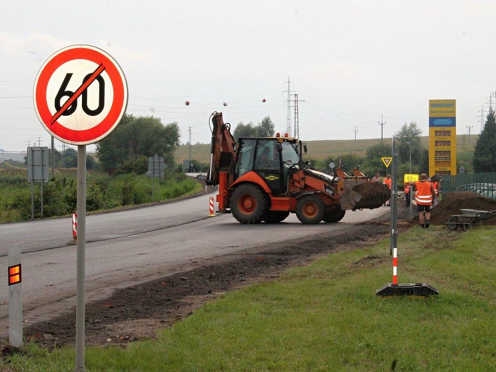 V neděli večer se v okolí křižovatky ještě pracovalo. Dnes už řidiči křižovatkou projedou bez zdržení.