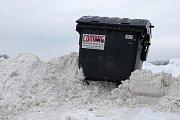 Kontejner v Mladé Boleslavi v zajetí sněhu.