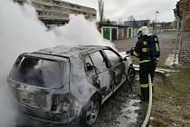 Požár vraku auta v Benátkách nad Jizerou.