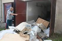 MIROSLAV NOVÁK ukazuje na nepořádek u sousední garáže v mladoboleslavské Nádražní ulici.