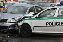 Starší policejní Škoda Octavia Combi se střetla s civilní Škodou Octavia druhé generace na křižovatce ulic Dukelská a Laurinova v Mladé Boleslavi.