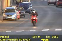 Motorkář jel Ptáckou ulicí téměř osmdesátkou.
