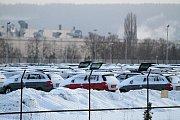 Nová auta nemůže Škodovka expedovat do některých lokalit, kvůli složitému nakládání na vagony z důvodu sněhu a náledí.