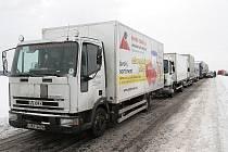 Kamiony představují pro silnice velkou zátěž.