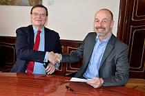 Memorandum o spolupráci na rozvoji 5G sítí ve Středočeském kraji podepsali před týdnem představitel společnosti Samsung Electronics America Terry Halvorsen (s vázankou) a ředidel divize Buseiness Středočeského inovačního centra Martin Brummel.