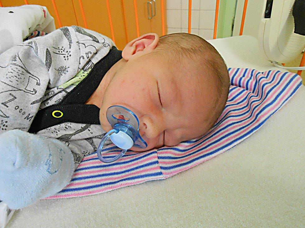Jiří Kábrt se narodil 7. května, vážil 4,04 kg a měřil 53 cm. S maminkou Janou a tatínkem Jiřím bude bydlet v Malé Bělé, kde už se na něho těší sestřička Verunka.