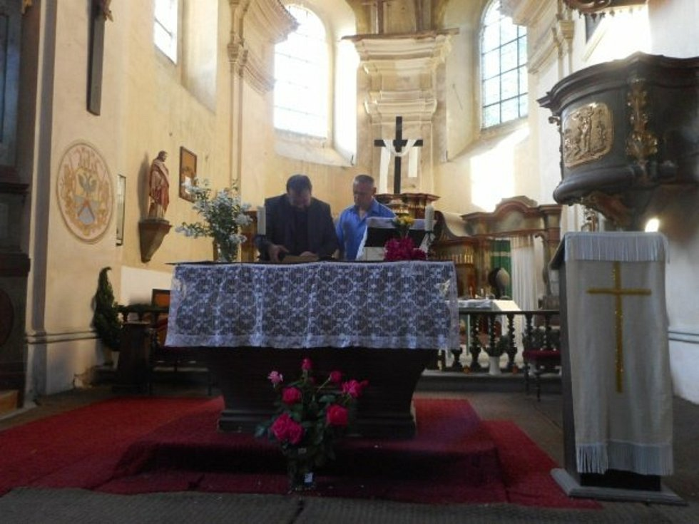 Miloš Repáň v kostele sv. Mikuláše v Horkách nad Jizerou. S panem arciděkanem.