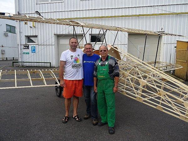 Morane-Saulnier BB staví pro Nadační fond letadla Metoděje Vlacha Petr Tax zPrahy (na fotce vlevo, vedle Vladimíra Handlíka).
