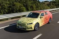 Škoda Octavia Combi IV se zatím skrývá pod kamufláží.