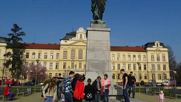 ŠKOLÁCI při poznávání Mladé Boleslavi využívají chytré telefony i tablety. S jejich pomocí hledají informace.