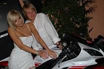 Petr Pik a Hana Mašlíková během křtu zapózovali stejně jako v kalendáři na motorce.