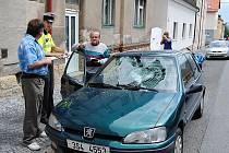 Vůz s nákladem šrotu přetrhal vedení a strhl stožár ve Smetanově a Dukelské ulici v Mladé Boleslavi.