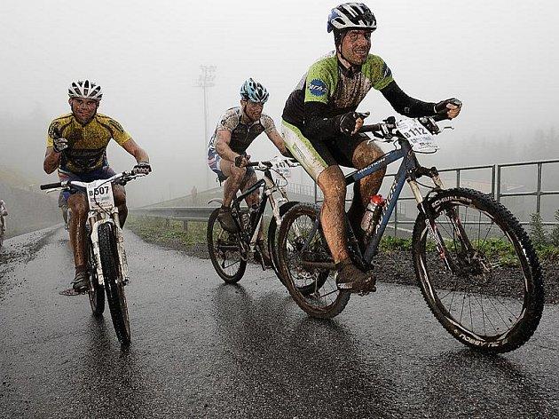 Počasí cyklistům v závodě Kolo pro život na Ještědu vůbec nepřálo