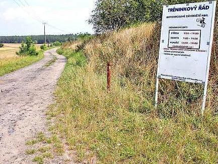 OPRAVA. Tady všude bude nový asfalt. Cesta ze Kbela k motokrosu má být ještě v letošním roce nová.
