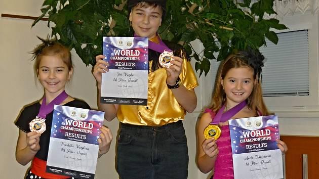 Trojice bezenských tanečnků, zleva Vendulka Vosyková, Jiří Vosyka a Aneta Kaulfusová.